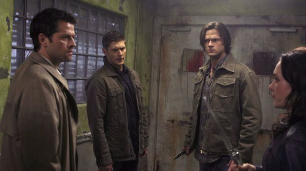 Nur gemeinsam können Castiel (Misha Collins, l.), Dean (Jensen Ackles, 2.v.l....