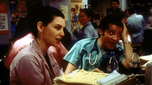 Hathaway (Julianna Margulies, l.) und Kovac (Goran Visnjic, r.) feiern mit ih...