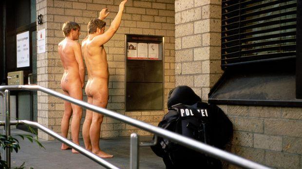 Eine Kölner Bankfiliale wurde überfallen. Der Täter hat mehrere Personen in s...