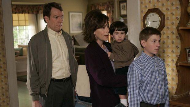 Hal (Bryan Cranston, l.) und Lois (Jane Kaczmarek, 2.v.l.) fahren mit Dewey (...