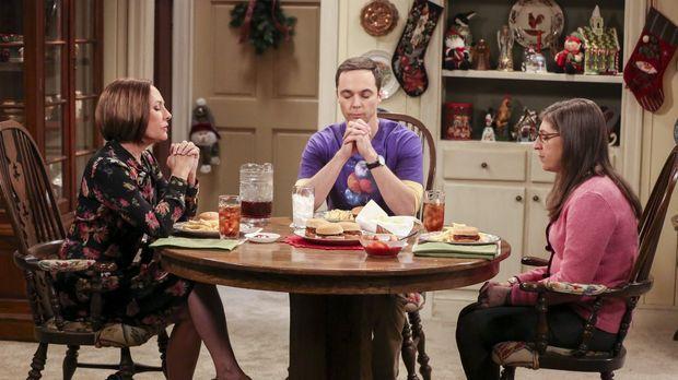 Der Weihnachtsbesuch von Sheldon (Jim Parsons, M.) und Amy (Mayim Bialik, r.)...