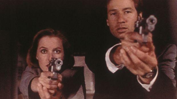Scully (Gillian Anderson, l.) und Mulder (David Duchovny, r.) versuchen, eine...