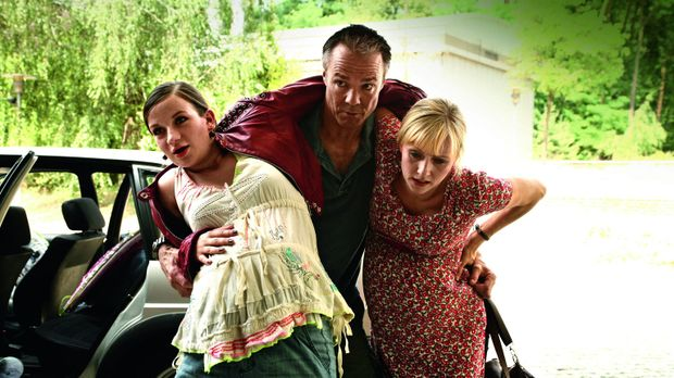 Kaum setzen bei Marla (Nina Gummich, l.) die ersten Wehen ein, da zieht Sabin...