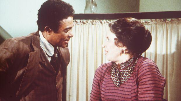 Harriet Oleson (Katherine MacGregor, r.) ist geschockt, weil der neue Arzt Dr...