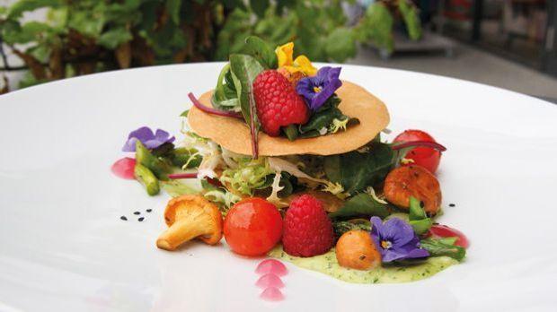 Mille Feuille von lauwarmem Gemüse-Salat