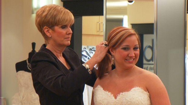 Braut Andi (r.) und ihr Verlobter Colby sind sich noch nicht ganz einig über...