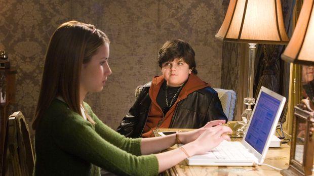 Findet für ihre Recherchen Unterstützung bei Corky (Josh Flitter, r.): Nancy...