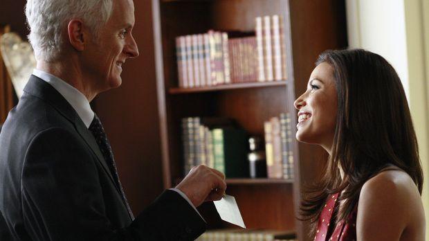 Gabrielle (Eva Longoria, r.) kehrt mit Victors (John Slattery, l.) Scheck zur...