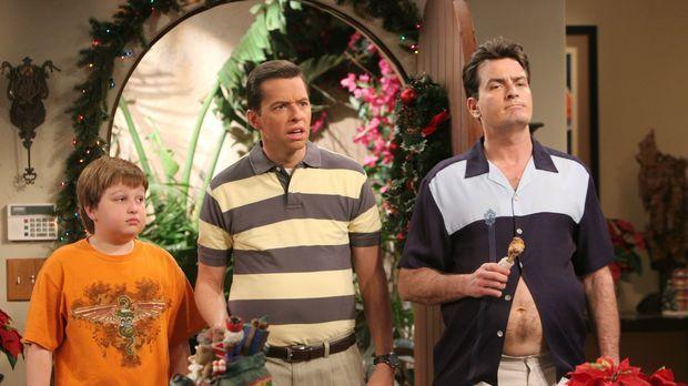 Jake (Angus T. Jones, l.), Alan (Jon Cryer, M.) und Charlie (Charlie Sheen, r...