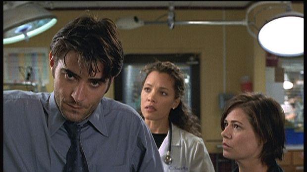 Dr. Kovac (Goran Visnjic, l.) hat einen Straßenräuber, der ihn und Abby (Maur...
