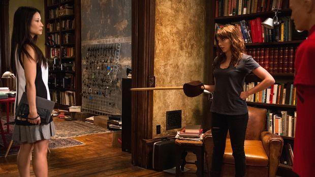 Joan (Lucy Lui, l.) lässt nicht locker und endlich erfährt sie mehr über Kitt...