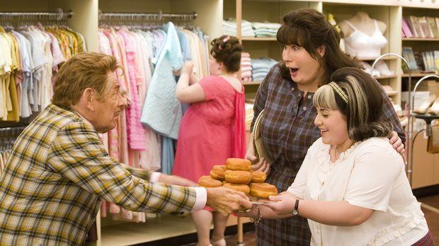 Seit Ednas (John Travolta, M.) Tochter Tracy (Nicole Blonsky, r.) bei einer T...