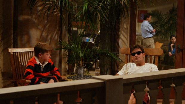 Charlie (Charlie Sheen, r.), Junggeselle und Frauenheld mit gutem Einkommen,...