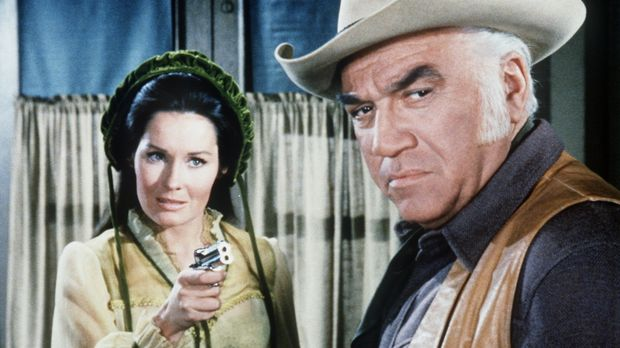 April Horn (Marj Dusay, l.) hat sich Ben Cartwrights (Lorne Greene, r.) Vertr...