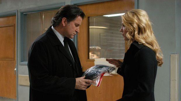 Samantha Spade (Poppy Montgomery, r.) übergibt ihrem Chef Jack Malone (Anthon...