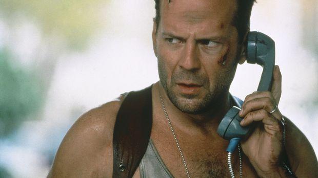 Eigentlich ist McClane (Bruce Willis) vom Dienst suspendiert, doch als ein Te...