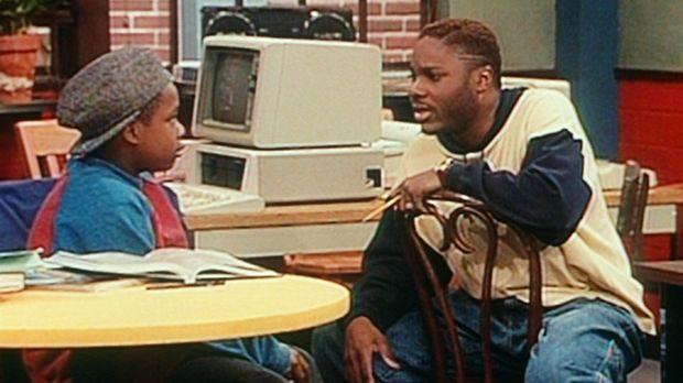 Rahem (Edwin Maldonado, l.) erzählt Theo (Malcolm-Jamal Warner, r.), dass er...