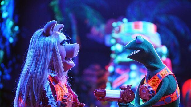 Die Funken zwischen Kermit (r.) und Miss Piggy (l.) fliegen, als sie vorgeben...