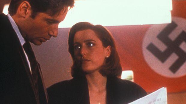 Mulder (David Duchovny, l.) und Scully (Gillian Anderson, r.) stoßen in einer...