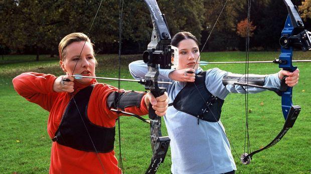 Beim Bogenschießen kann Frau herrlich entspannen! Aber: Rette sich, wer kann!...