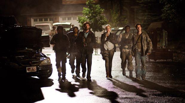 Auf der Suche nach Waffen stoßen Tom (Noah Wyle, 3.v.l.), Dai (Peter Shinkoda...