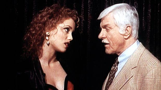 Cindy (Paula Marshall, l.) heuchelt gegenüber Dr. Mark Sloan (Dick Van Dyke,...
