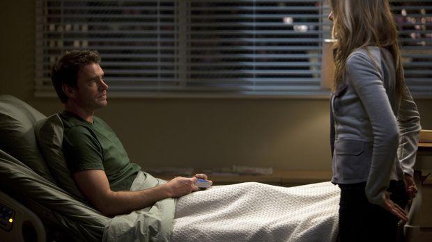 Henry (Scott Foley, l.) ist erstaunt, denn Teddy (Kim Raver, r.) trifft eine...