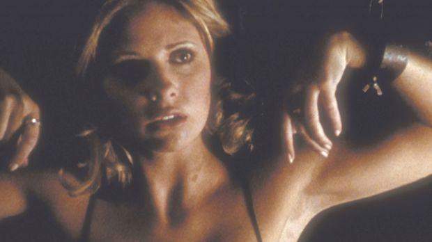 Buffy (Sarah Michelle Gellar) ist die Gefangene eines studentischen Geheimbun...