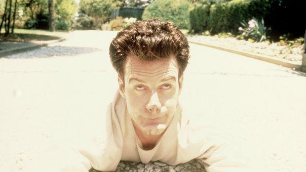 Der schizophrene Gotthilf Nuss (Stephen Kearney) bricht aus der Irrenanstalt...