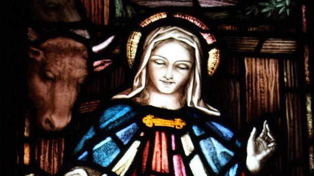 Vergessene Schätze - Schummriges Licht  dringt durch das Kirchenfenster in da...