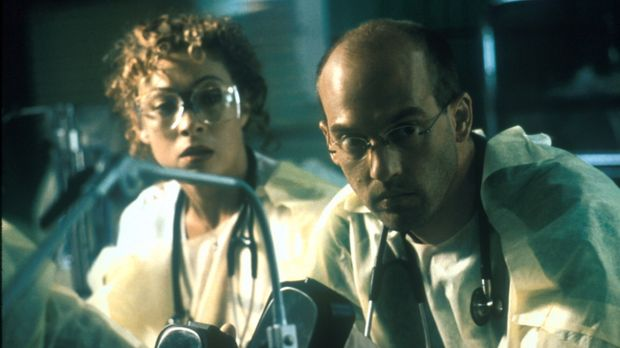 Corday (Alex Kingston, l.) und Greene (Anthony Edwards, r.) versuchen, einen...