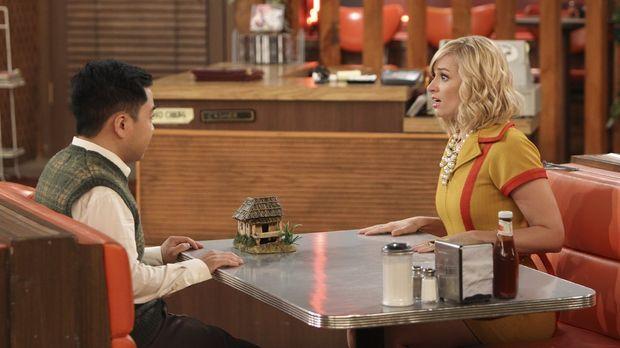 Wie wird Han Lee (Matthew Moy, l.) reagieren, wenn Caroline (Beth Behrs, r.)...