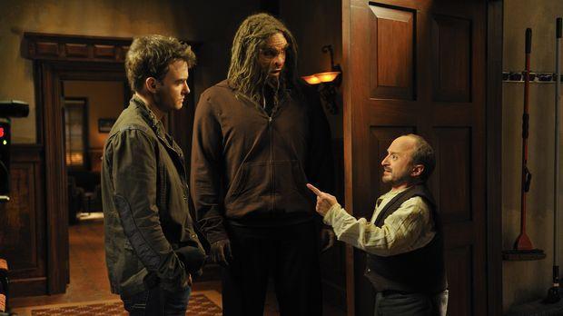 In der Sanctuary-Zentrale müssen sich Will (Robin Dunne, l.) und Biofoot (Chr...