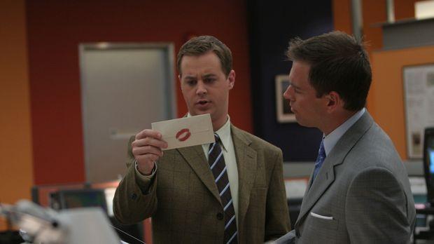 Als McGee (Sean Murray , l.) einen Brief, der mit einem Lippenstiftabdruck ve...