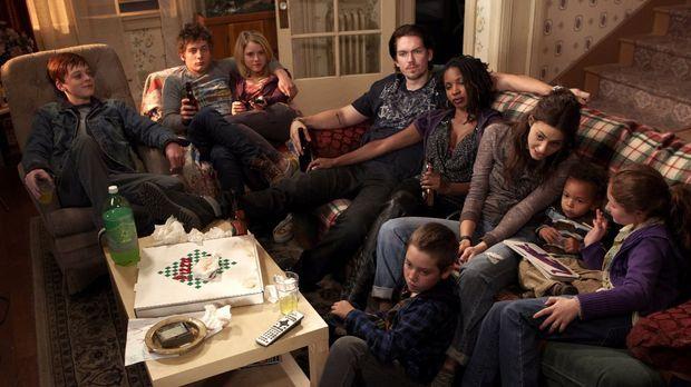 Während sich Frank wie gewohnt betrinkt, sieht die Familie zusammen fern: (v....