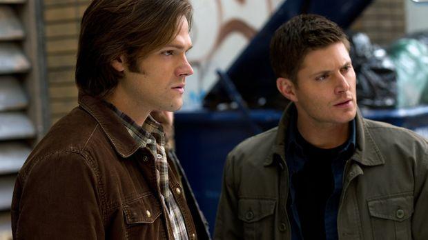 Verzweifelt versucht Dean (Jensen Ackles, r.) seinen Bruder zu retten, aber S...