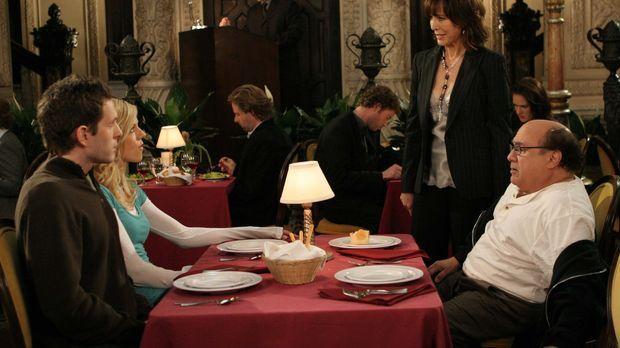 Dee (Kaitilin Olson, 2.v.l.), Dennis (Glenn Howerton, l.), Frank (Danny DeVit...