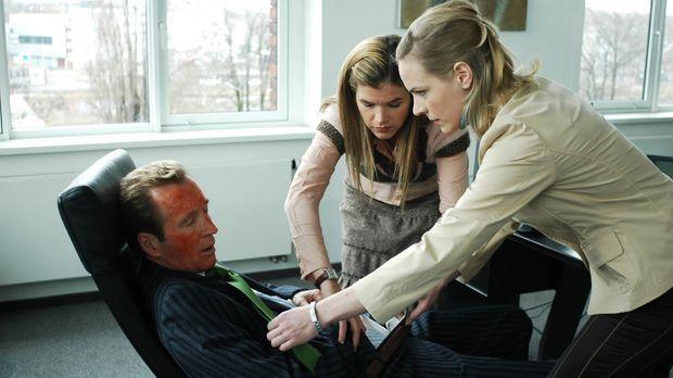 Die frisch gefeuerten Anna (Anke Engelke, M.) und Corinna (Eva Meier, r.) mac...