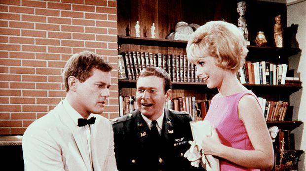 Jeannie (Barbara Eden, r.) zaubert wieder: Tony (Larrr Hagman, l.) kann plötz...