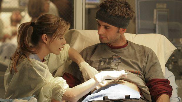 Meredith (Ellen Pompeo, l.) behandelt Viper (Callum Blue, r.), der sich bei e...