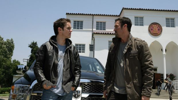 John (Thomas Dekker, l.) und Derek (Brian Austin Green, r.) schaffen es, in e...