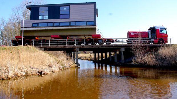Das schwimmende Boot soll über 110 km durch Holland transportiert werden und...