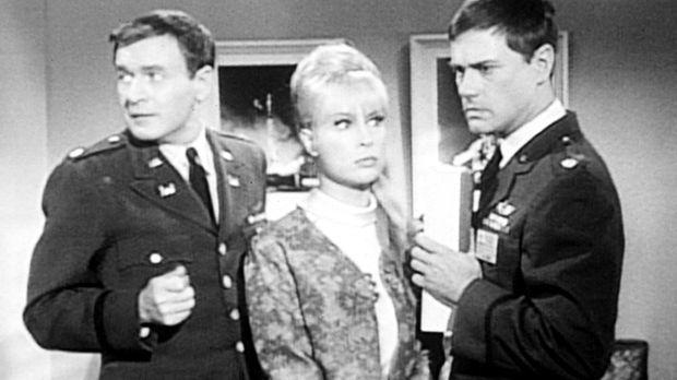Tony (Larry Hagman, r.) hat Jeannie (Barbara Eden, M.) und Freund Roger (Bill...