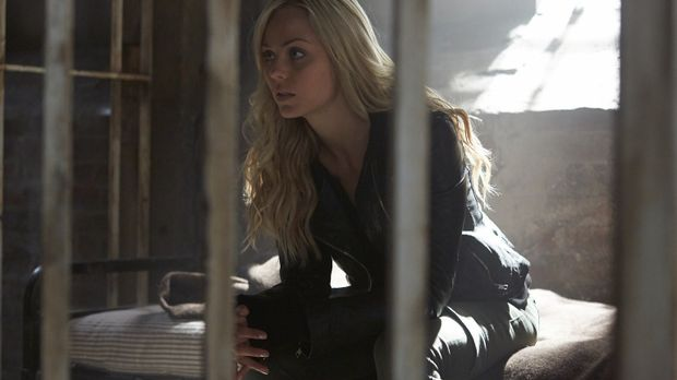 Weil Elena (Laura Vandervoort) sich den Anweisungen von Jeremy widersetzen wi...