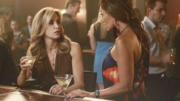 Testen ihren Marktwert in einer Bar: Lynette (Felicity Huffman, l.) und Renee...