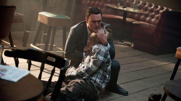 Als Rigsbys (Owain Yeoman, l.) Vater Steve (William Forsythe, r.) verletzt am...