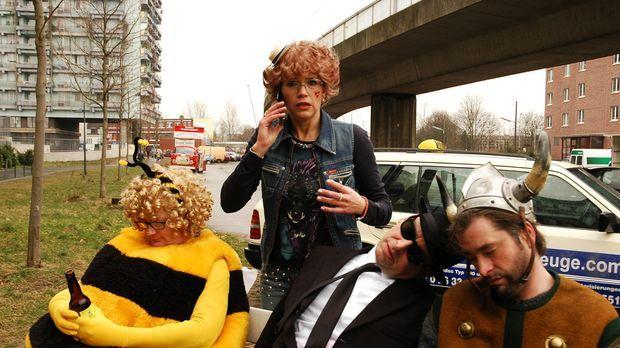 Uschi (Anke Engelke, 2.v.l.) ist eine jecke, kölsche Taxifahrerin mitten in d...