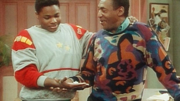 Theo (Malcolm-Jamal Warner, l.) ist verwundert, weil Cliff (Bill Cosby, r.) d...