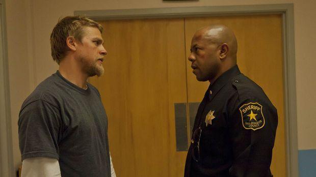 Nach einem Mordanschlag muss Jax (Charlie Hunnam, l.) mit Roosevelt (Rockmond...