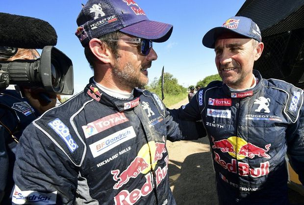 Stéphane Peterhansel (r.) bleibt vor Sébastien Loeb (l.)